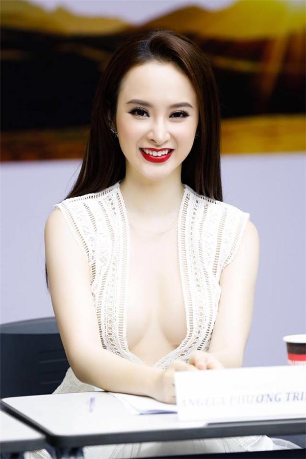 """Tại buổi casting nam chính cho bộ phim mà Angela Phương Trinh tham gia, cô nàng cũng khiến người đối diện """"đỏ mặt"""" với thiết kế xuyên thấu xẻ ngực sâu hun hút."""