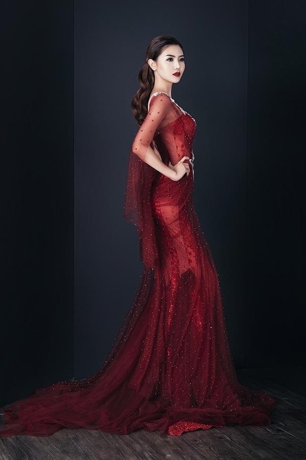 """Nữ ca sĩ từng khiến người hâm mộ """"đứng ngồi không yên"""" khi tung ra loạt hình ảnh vô cùng quyến rũ, gợi cảm trong những thiết kế xuyên thấu mỏng tang của nhà thiết kế Anh Thư. Trong số đó, chiếc váy màu đỏ sang trọng, nổi bật từng đồng hành với Ngọc Duyên trong một bộ ảnh thời trang. Sự tiến bộ vượt bậc trong cách làm đẹp, tư duy thẩm mỹ giúp Hari Won không hề bị lép vế."""