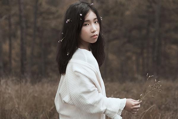 Giữa khung cảnh mộng mơ của Đà Lạt trong tiết trời cuối năm, Ju Uyên Nhi như hóa thân thành quý cô trong những ngày xưa cũ điệu đà, duyên dáng với trang phục lấy hai tông màu trắng, nâu làm chủ đạo. Đặc biệt, trang phục thường ngày, trình diễn sân khấu hay xuất hiện trong các sản phẩm âm nhạc đều do đích thân Ju Uyên Nhi lựa chọn dù cô bé chỉ mới 10 tuổi.