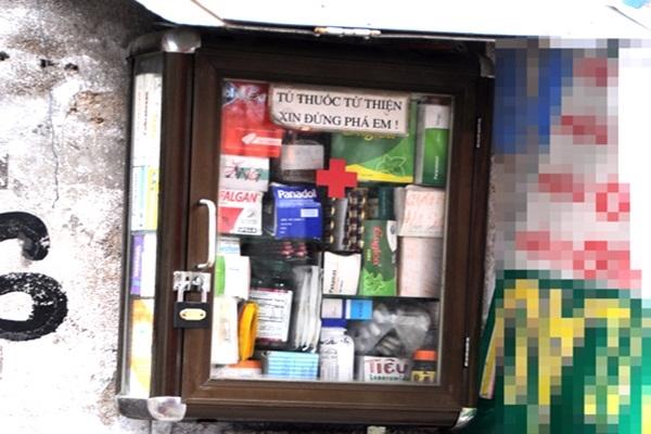 Mỗi người trong hẻm góp lại chút ít tiền, vài ba vỉ thuốc rồi trở thành một tủ miễn phí đầy ắp thuốcnhư bây giờ. (Ảnh: Internet)