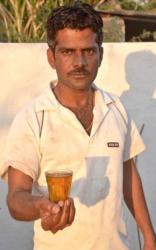 Hemant Paliwalcho biết, nước tiểu bò là thần dược trị bách bệnh.