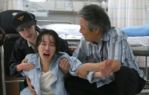 Và nỗi đau của người thân cô bé khi biết sự việc con mình bị hại.