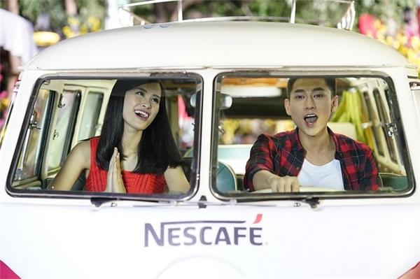"""Chiếc xe """"tài lộc"""" đồng hành cùng Đông Nhi và Isaac trong hành trình mang niềm vui đến cho mọi người. - Tin sao Viet - Tin tuc sao Viet - Scandal sao Viet - Tin tuc cua Sao - Tin cua Sao"""