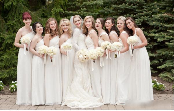 Trang phục phù dâu thường được lựa chọn sao cho tương đồng với của cô dâu.