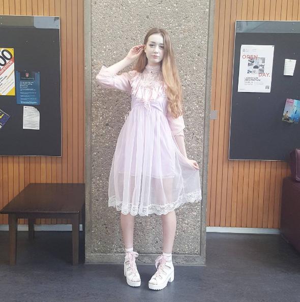 Hannah thường xuyên lực chọn trang phục và phụ kiện dễ thương lấy cảm hứng từ búp bê Barbie.