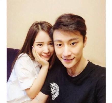 Một trong những bức hình chụp chung của hai người mà Lý Gia Ngải đăng trên weibo.
