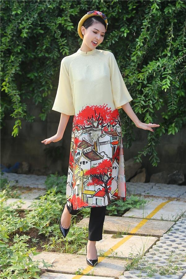 Do chương trình phát sóng vàodịp tết nên Ngọc Duyên đã chọn bộ áo dài cách tân màu vàng rực rỡ của nhà thiết kế Thuỷ Nguyễn. Họatiết những mái ngói và hoa phượng đỏ giúp cho bộ trang phục thêm phần nổi bật.