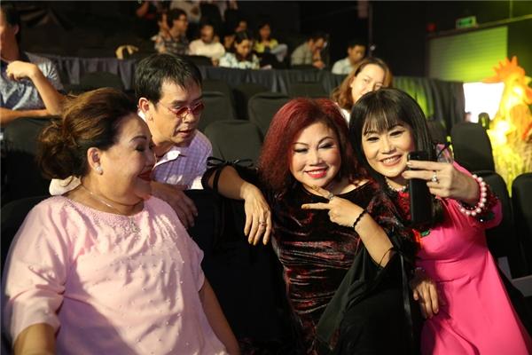Các nghệ sĩ vui vẻ chụp ảnh kỉ niệm cùng nhau khi buổi họp báo kết thúc. - Tin sao Viet - Tin tuc sao Viet - Scandal sao Viet - Tin tuc cua Sao - Tin cua Sao