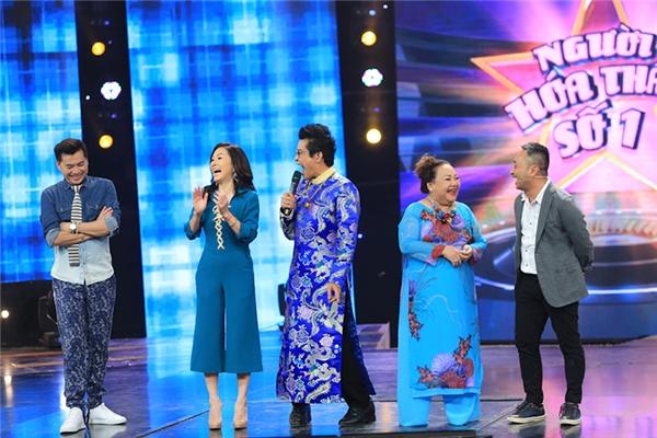 Đầu năm 2017, cặp vợ chồng danh hài hải ngoại tiếp tục khuynh đảo màn ảnh rộng từ phim truyền hình đến phim chiếu rạp. Vào ngày (02/01) tới, Quang Minh - Hồng Đàolạivào vai đôi vợ chồng trong phim sitcom Gia đình vui nhộn phát sóng trên kênh VTV3 vào lúc 20g. - Tin sao Viet - Tin tuc sao Viet - Scandal sao Viet - Tin tuc cua Sao - Tin cua Sao