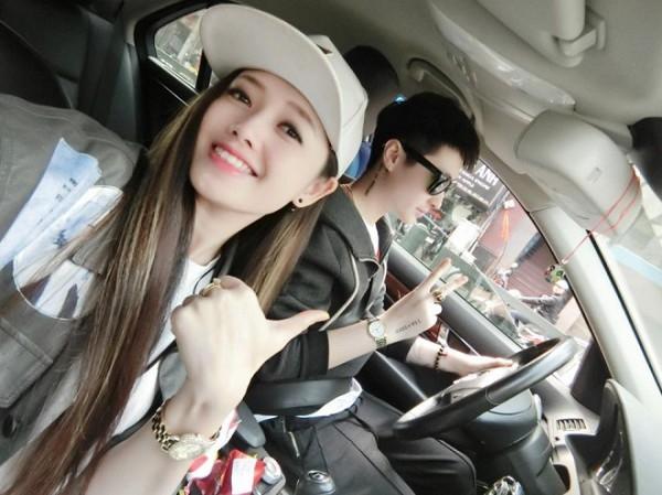 Ngọc Trang (trái), Thảo Linh (phải) khiến cộng đồng mạng một phen xôn xao khi công khai mối quan hệ.