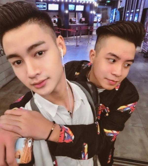 Chu Khả Hiếu (trái) và Phạm Đức Hùng (phải) đã có màn cầu hôn cực lãng mạn tại phố đi bộ.