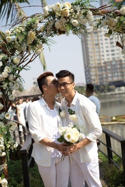Biên đạo Lê Việt (phải) và bạn trai Luân Trần (trái) trong đám cưới lãng mạn vào đầu năm nay.