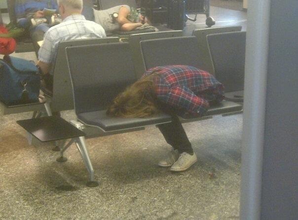 Nghìn lẻ một tư thế nằm ngủ tại sân bay.