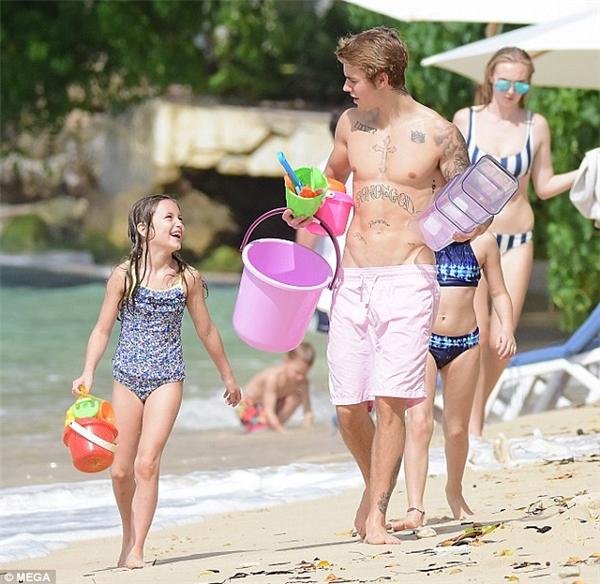 Justin Bieberđi chơi biển cùng với các em.