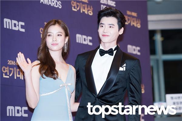 """Nổi bật không kém cũng là một cặp đôi chị em: Lee Jong Suk và Han Hyo Joo. Bên cạnh diễn xuất ăn ý, 'phản ứng hóa học"""" bùng nổ của cả hai đóng vai trò quan trọng mang lại thành công cho Hai thế giới."""