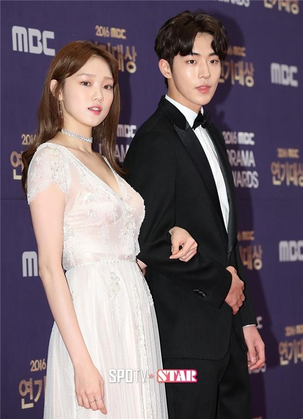 """Cùng xuất thân từ sàn diễn thời trang, Nam Joo Hyuk và Lee Sung Kyung vô cùng xứng đôi về mặt ngoại hình và cả vẻ ngoài. Dù chênh nhau tận 4 tuổi nhưng sự đáng yêu của cặp đôi Kình – Tạ đang chiếm được tình cảm của đông đảo khán giả. Nam Joo Hyuk như mọi khi vẫn """"đốn tim"""" khán giả nữ bởi vẻ ngoài lung linh, hoàn hảo một cách khó tin đến từng đường nét."""
