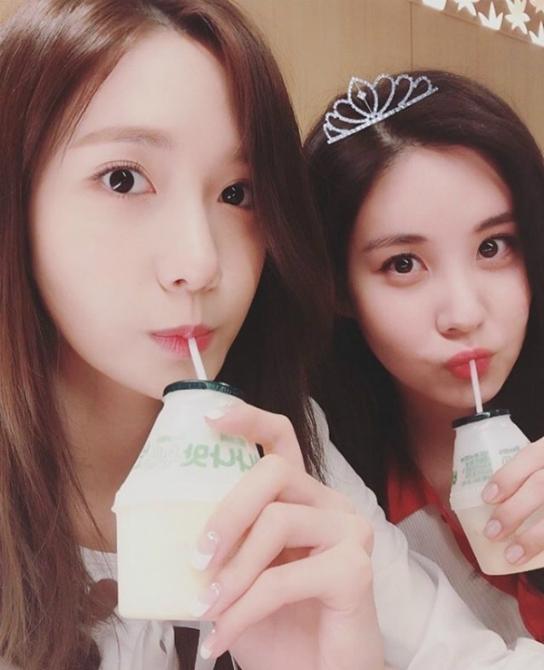 Ảnh uống sữa của Yoona và nàng út Seo Hyuncó 597.000 lượt like.