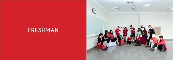 Với ý nghĩa màu đỏ tượng trưng cho năm nhất, những cô cậu tân sinh viên vô cùng nhiệt huyết vào háo hức bước chân vào giảng đường với thật nhiều những mơ mộng về tương lai và nghề nghiệp.