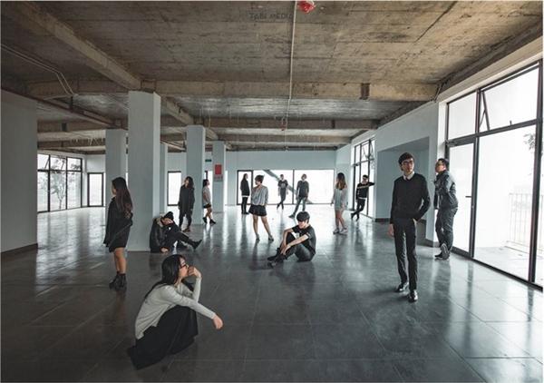 """Bên cạnh những tấm hình chụp chung một concept, mỗi thành viên đều có ảnh riêng thể hiện cá tính và """"chất"""" riêng của mình. Dù là một phần của tập thể thống nhất nhưng mỗi thành viên vẫn có những đặc điểm và cá tính riêng không hòa lẫn với bất kì ai."""