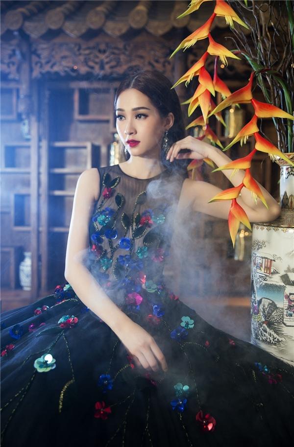 Trên nền hai phom váy xòe cổ điển với sắc đen làm chủ đạo, Thu Thảo khoe sắc với những họa tiết hoa nổi bật được tạo nên từ kĩ thuật thêu tay truyền thống hay đính kết cườm, đá.