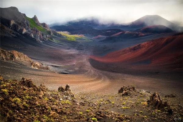 """Bức ảnh trên là kết quả của chuyến đi lúc sáng sớm đến đỉnh núi thuộc khu vực núi lửa Haleakalā, Hawaii của nhiếp ảnh giaBryan Geiger. Ông mô tả: """"Khi mặt trời xuất hiện chỉ toàn là sương trắng mà thôi. Sau vài giờ cảm thấy lạnh và thất vọng, tôi quyết định quay về. Trên đường lái xe tôi nhảy xuống để xem có gì mới không. Và trong cái khoảnh khắc ấy mây đã tan và tôi chỉ còn biết cách chộp ngay lấy cơ hội này""""."""