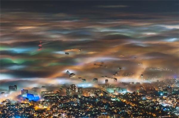 Những lớp sương dày len lỏi giữa thành phố Sofia lấp lánh đèn. Ẩn dưới lớp màu sắc huyền ảo ấy là bức tranh sống động của thủ đô Bulgari về đêm với hàng loạt bảo tàng, nhà hàng và công trình kiến trúc tuyệt đẹp.