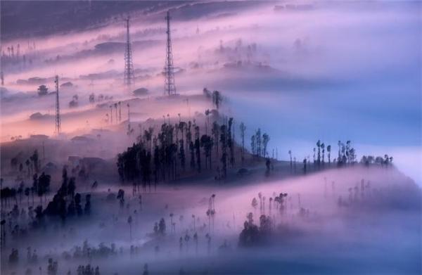 Màn sương dày đặcbao phủ công viên quốc gia Bromo-Tengger-Semeru ở Tây Java, Indonesia trông chẳng khác gì một bức tranh hội họa siêu thực.Núi Semeru là ngọn núi cao nhấtJava với độ cao 3657,6 mét.