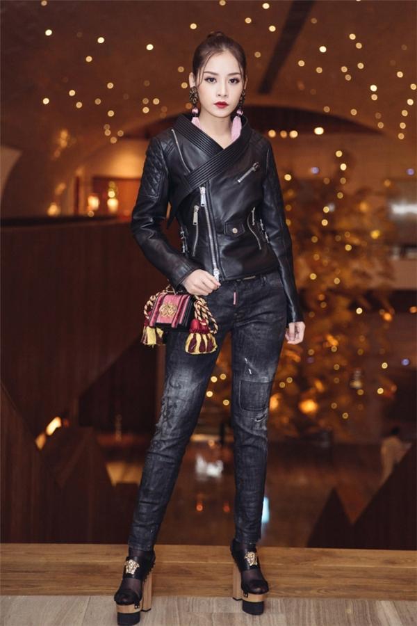 Kết hợp cùng bộ cánh hàng hiệu Versace của Chi Pu là đôi giày đế thô có chiều cao khoảng 16cm. Phần đế to giúp cô nàng dễ dàng hơn trong việc di chuyển.