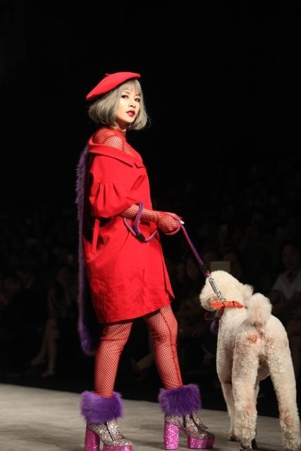 Xuất hiện trên một sàn diễn thời trang, Chi Pu cũng được nhà thiết kế trang bị cho một đôi giày đế thô, chất liệu ánh kim nổi bật.