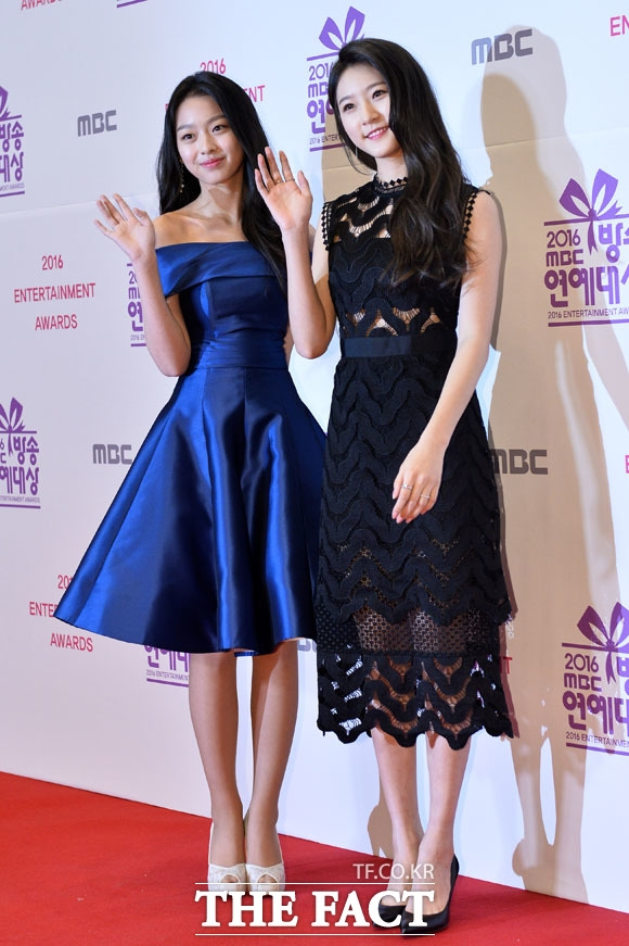 """Sao nhí Kim Rae Ron rạng rỡ đến dự sự kiện cùng Lee Soo Min. Cô nàng cũng vừa gia nhập YG cách đây không lâu và trở thành """"người cùng nhà"""" với Lee Sung Kyung."""