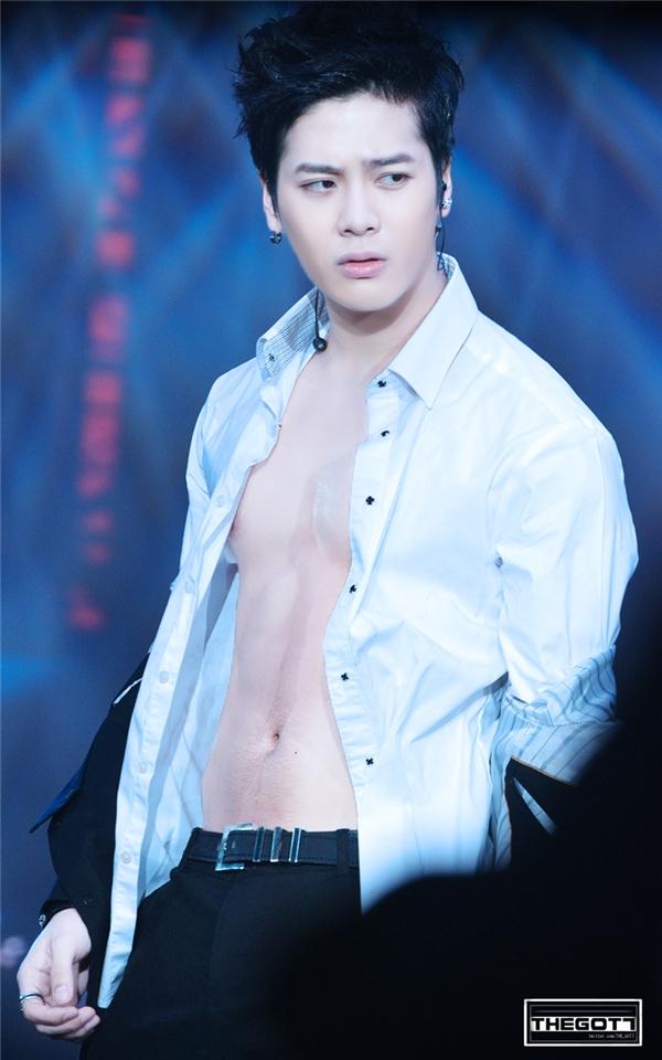 Jackson sở hữu thân hình rắn chắc không thua gì đàn anh cùng công ty 2PM.
