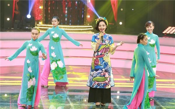 """Thế nhưng, không dịu dàng, nồng nàn như """"Cô gái Trung Hoa"""", nữ ca sĩ 9x chọn lựa chất liệu vải không bắt sáng, cùng màu nền là những hình vẽ sinh động khiến bộ trang phục dân tộc trở nên trẻ trung, hợp xu hướng. Chiếc khăn đóng đính những phụ kiện đáng yêu cũng là điểm cộng cho lần xuất hiện này của Miu Lê. - Tin sao Viet - Tin tuc sao Viet - Scandal sao Viet - Tin tuc cua Sao - Tin cua Sao"""