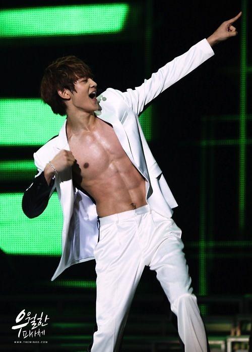 """Những màn cởi áo của nam ca sĩ lúc nào cũng khiến khán giả phải """"đau tim""""."""