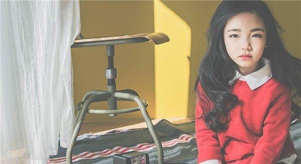 """Nhưng khi lạnh lùng, nữ tính, cô bé người Hàn Quốc vẫn có thể """"diễn tròn vai""""."""