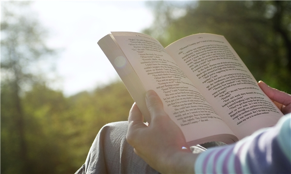 Hãy kiểm tra xem bạn còn đang mượn quyển sách hay cái áo khoác nào của đứa bạn thân không? Gọi điện và trả nó ngay đi nhé. Năm mới là không mượn gì hết đâu nè.(Ảnh: Internet)