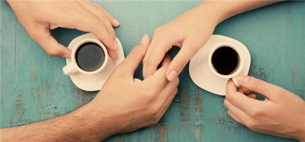 Hẹn người mà bạn muốn gặp nhất đi cà phê ngay trước thời khắc giao thời thôi. Đừng chần chừ hay ngại ngùng nữa, chủ động trong một mối quan hệ để bản thân không phải hối tiếc điều gì hết cả nhé.(Ảnh: Internet)