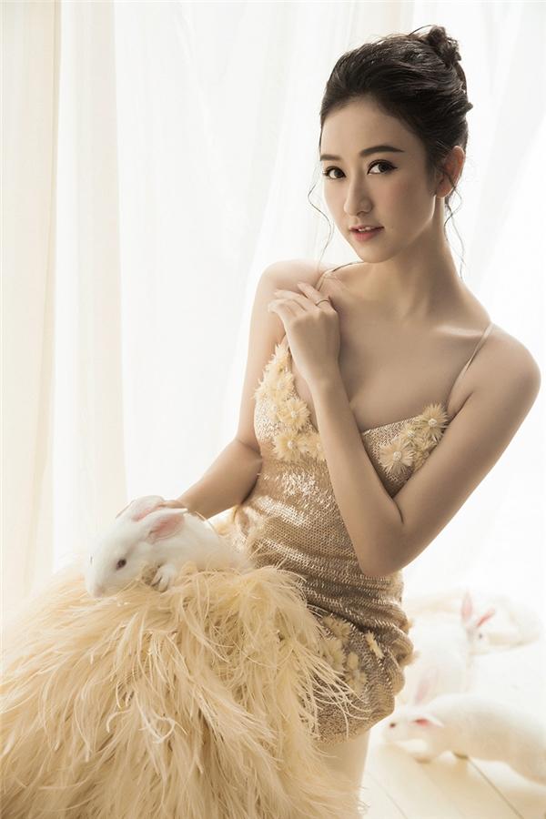Á hậu Hà Thu xinh đẹp tựa nàng Hằng Nga trong bộ ảnh mới