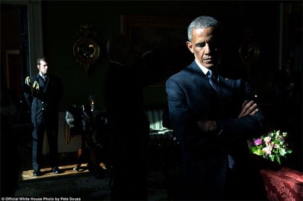 Tổng thống Obama trong ngày gặp Mark Barden – cha của một nạn nhân trong vụ xả súng trường học Sandy Hook năm 2012.