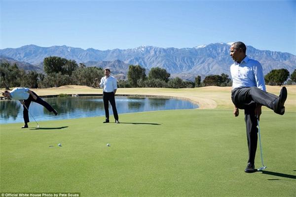 Ông Obamathể hiện sự tiếc nuốivì quả bóng không rơi trúng vị trí khi chơi golf cùng các nhân viên của mình tại Rancho Mirage, bang California.