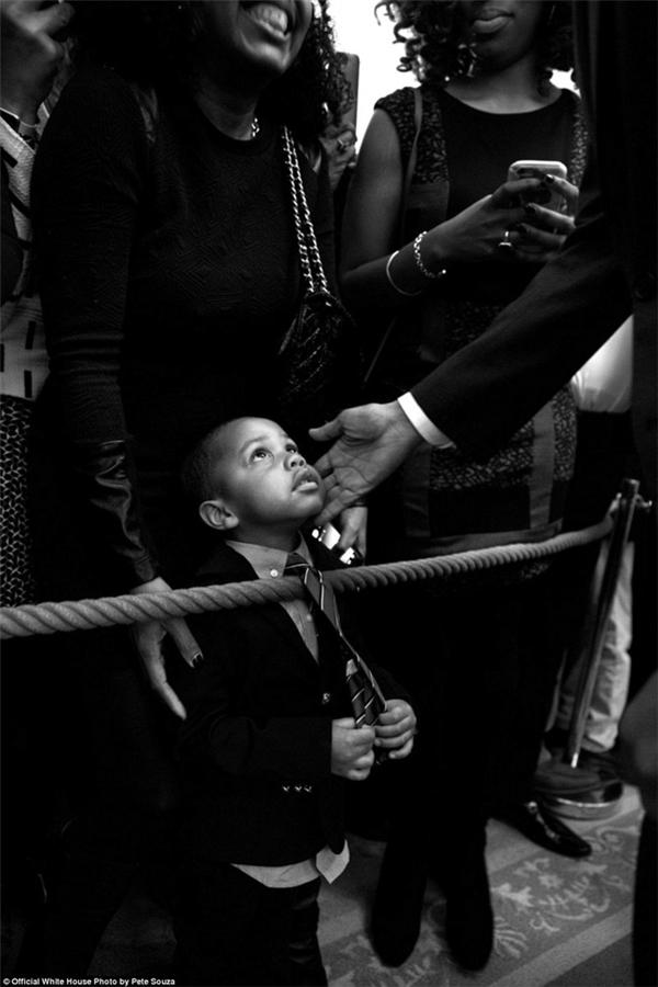 Nổi tiếng là người yêu trẻ con, khoảnh khắc vị Tổng thống da màu vuốt má một bé trai trong ngày kỉ niệm tháng lịch sử người Mỹ gốc Phi khiến nhiều người xúc động.