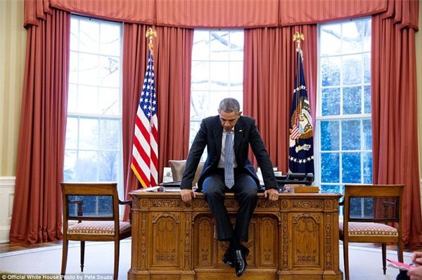 Ông Obama ngồi lên bàn, trầm tư suy nghĩ trước khi bắt đầu cuộc gọi hội đàm với các nhà lãnh đạo châu Âu vào tháng 2/2016.