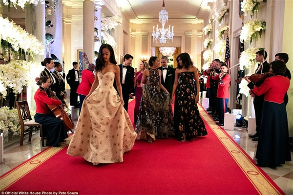 Hai cô con gái rượu của ngài Tổng thống Malia Obama và Natasha Obama xiêm y lộng lẫy khi cùng cha mẹ tham dự bữa tối cấp Quốc gia với Thủ tướng Canada Justin Trudeau, phu nhân Sophie Grégoire-Trudeau vào hôm 10/3/2016.
