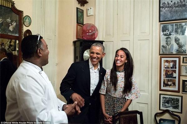 Ông Obama cười rạng rỡ bên con gái cưng Malia trong chuyến đi tới Cuba vào ngày 20/3/2016.