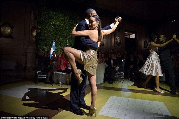Vợ chồng ông Obama khiêu vũ cùng hai vũ công tango nổi tiếng trong một bữa tiệc tối tại Buenos Aires, Argentina.