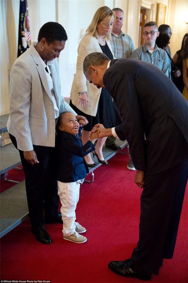 Bé trai 3 tuổi Armanil Chisolin cười thích thú khi được bắt tay chủ nhân Nhà Trắng khi đến tham quan nơi đây cùng bà ngoại vào ngày 25/7/2016.
