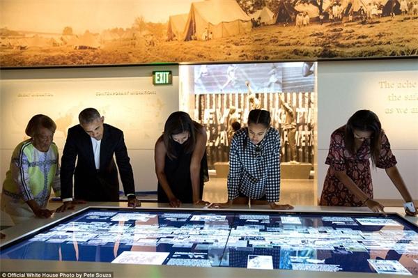Ông Obama tới tham quan bảo tàng quốc gia về lịch sử và văn hóa người Mỹ gốc Phi Smithsonian hôm 14/9.