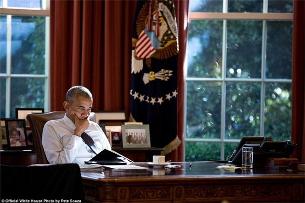 Khoảnh khắc ông Obama chuyên chú làm việc tại Nhà Trắng hôm 14/10 trong thời tiết cuối thu và chuẩn bị vào đông.