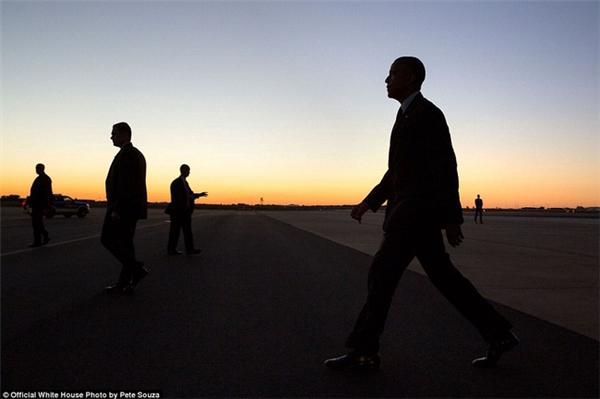 Tổng thống Obama bước trên đường băng tại sân bay trong khoảnh khắc hoàng hôn buông.