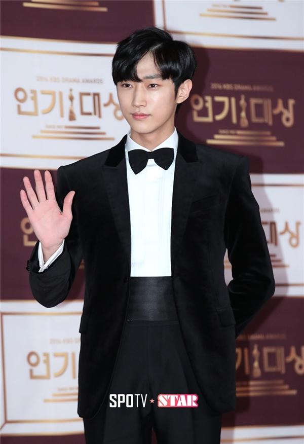 """Jinyoung (B1A4) """"ghi điểm"""" trong mắt khán giả màn ảnh nhỏ nhờ màn thể hiện tuyệt vời thông qua vai diễn """"Kim đại nhân"""""""