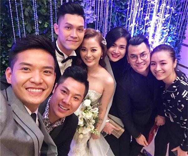 Cô dâu chú rể hạnh phúc trong tiệc cưới cùng người thân và bạn bè. - Tin sao Viet - Tin tuc sao Viet - Scandal sao Viet - Tin tuc cua Sao - Tin cua Sao